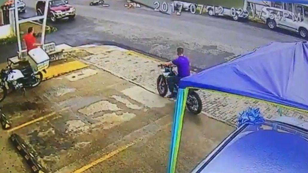 El motociclista se escapó después de impactar contra el hombre