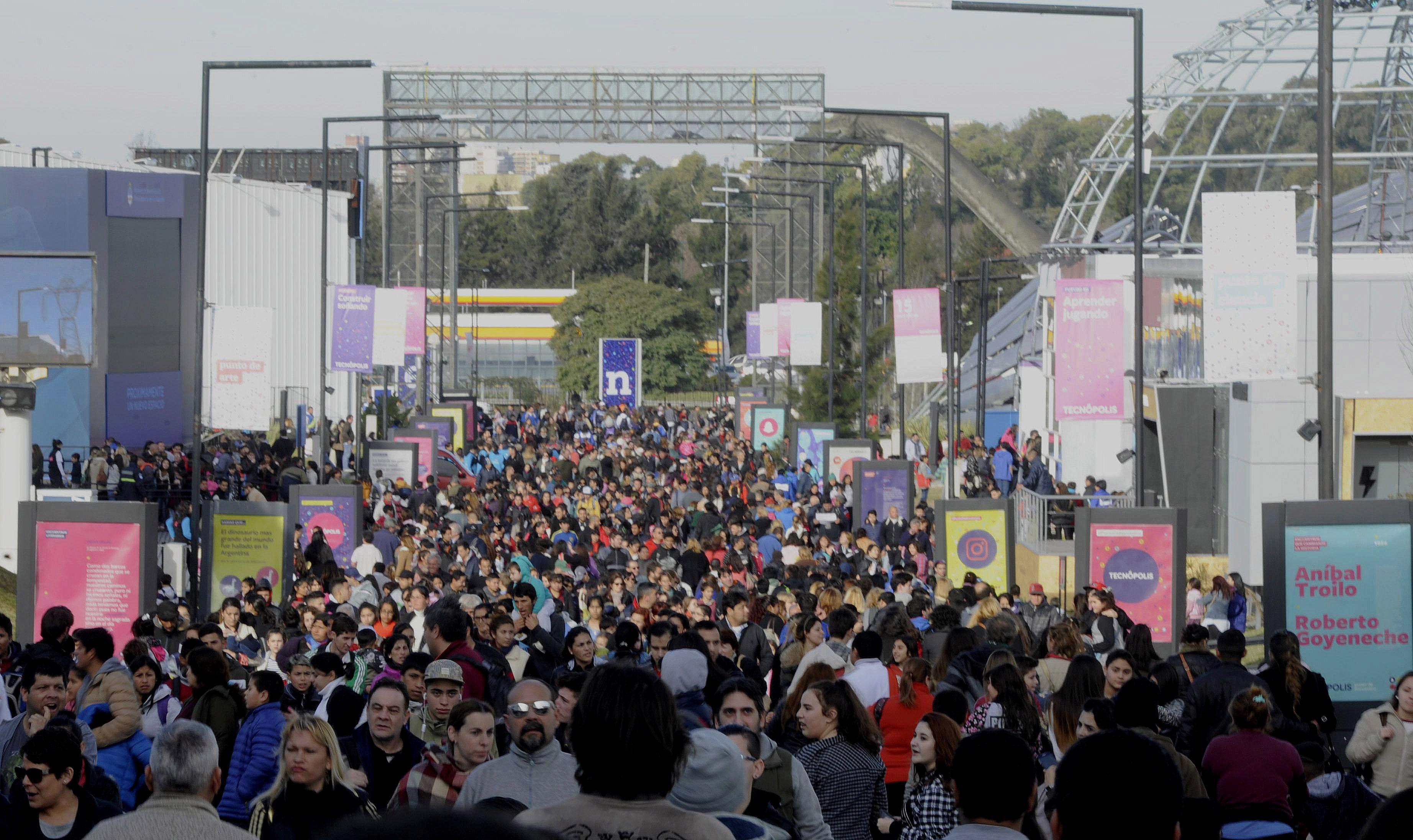 Una multitud recorriendo Tecnópolis