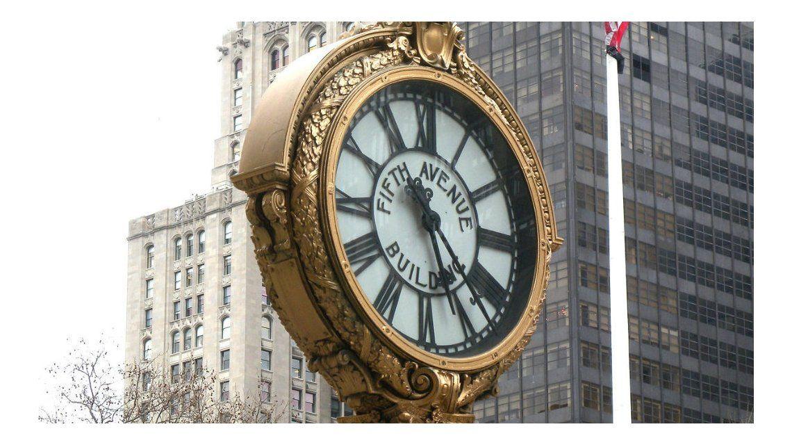 Un reloj de más de cien años da la hora en el 200 de la 5ª Avenida