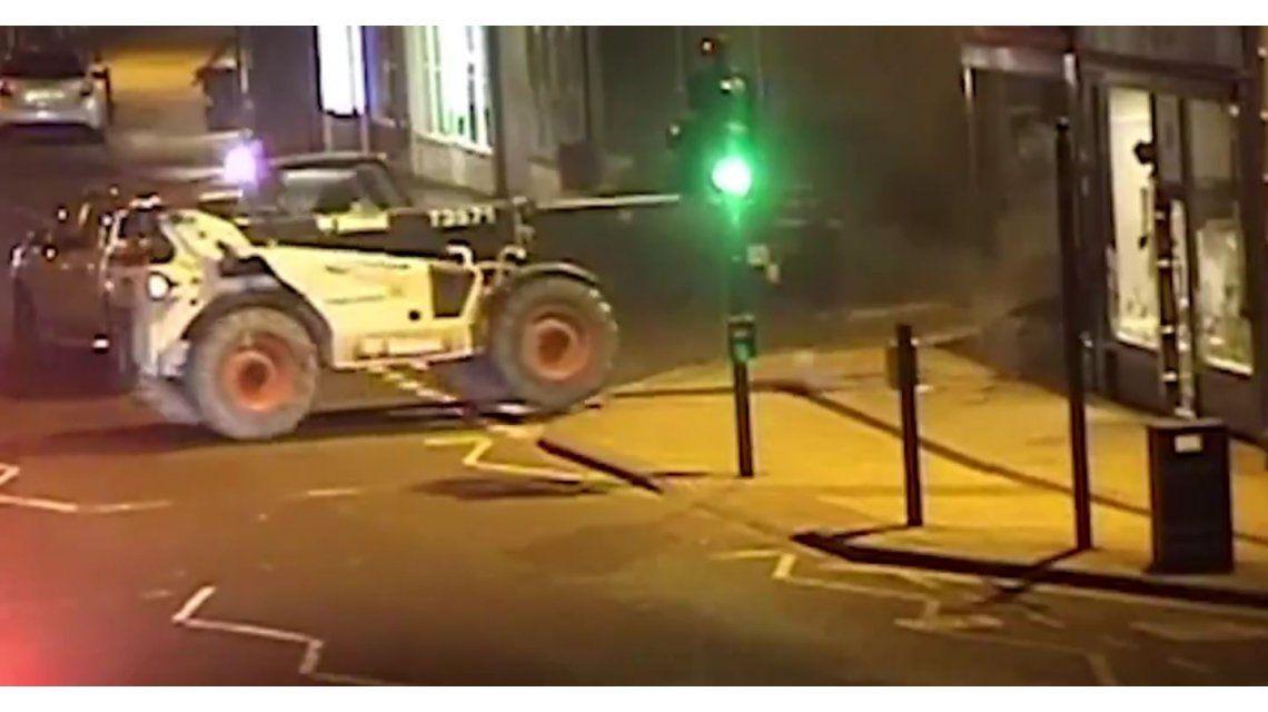 Se llevaron un cajero usando una máquina de construcción