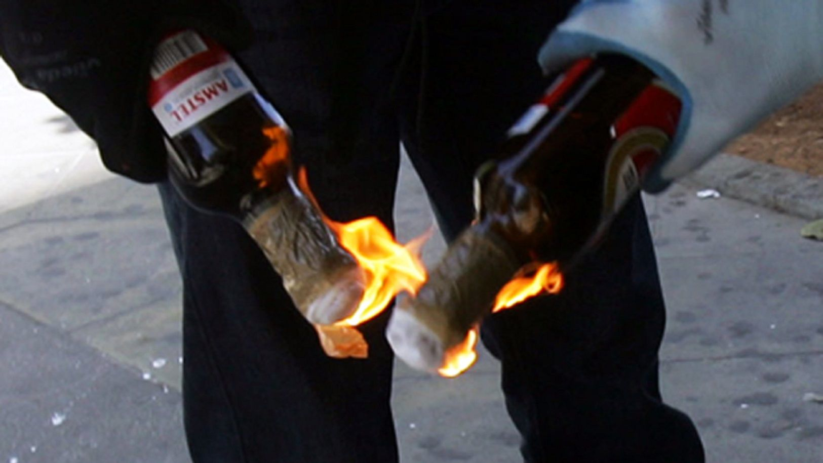Le tiraron dos bomba molotov a una profesora