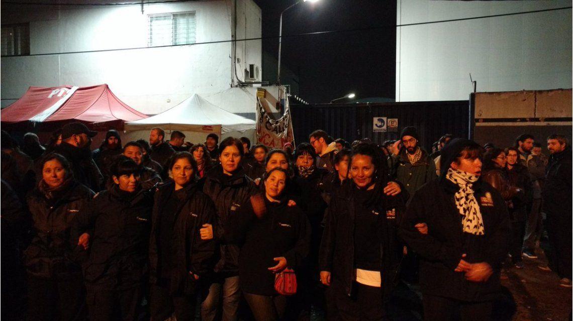 Trabajadoras de Pepsico frente a la planta