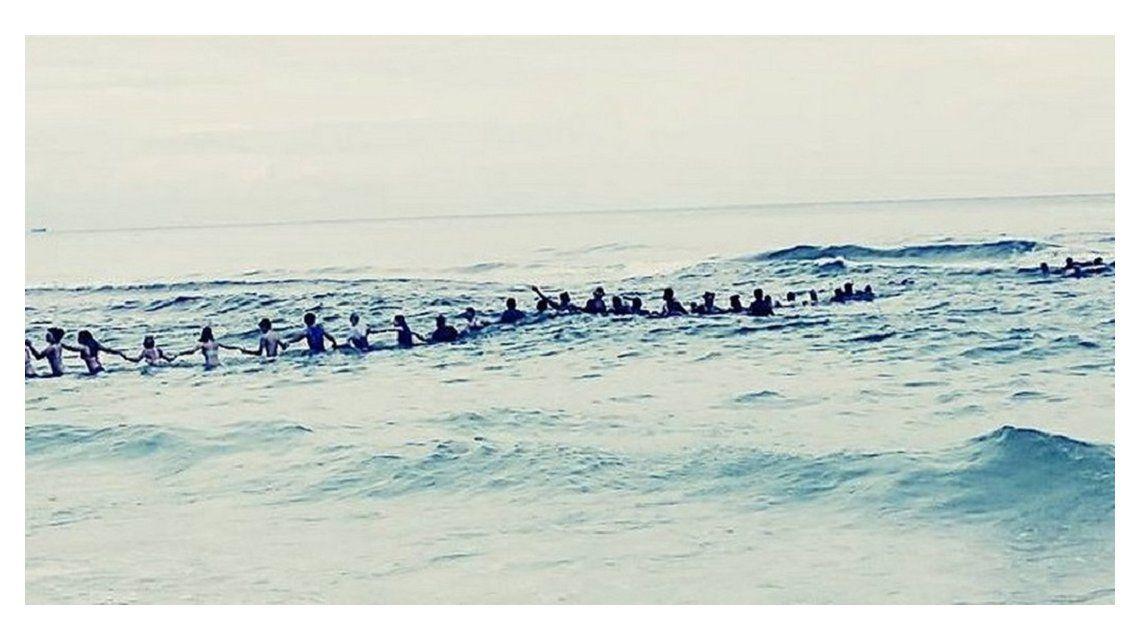 Hicieron una cadena humana y salvaron a una familia que se ahogaba