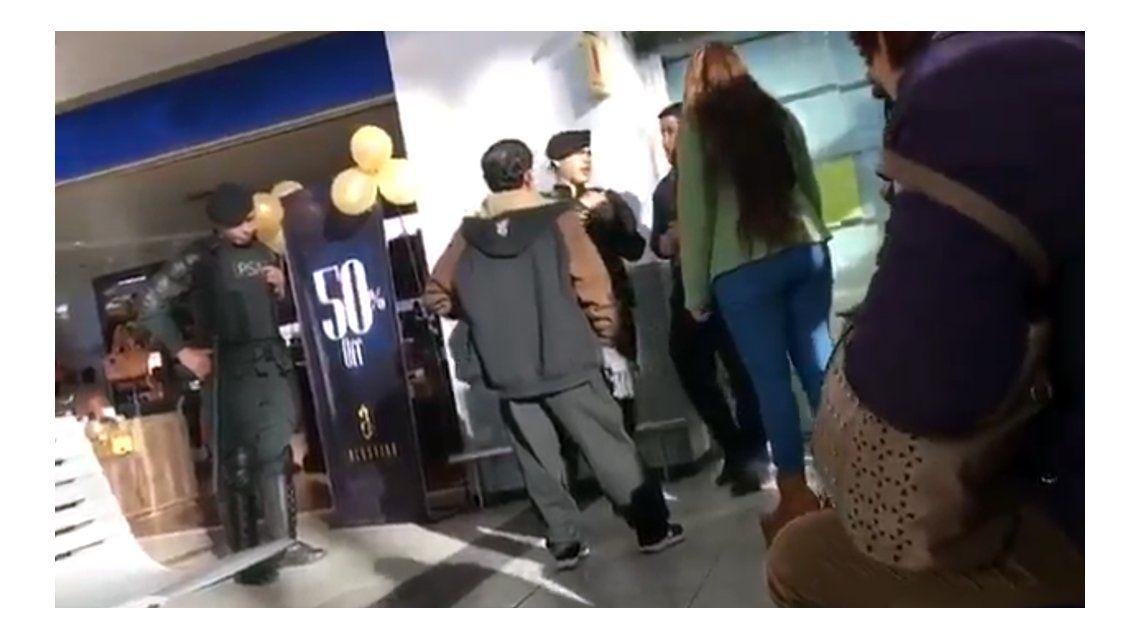 La pareja llenó de insultos a un empleado de una aerolínea
