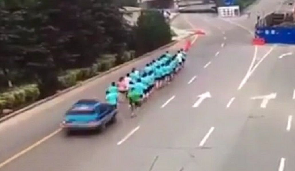 Una taxista atropelló a corredores: mató a uno e hirió a dos