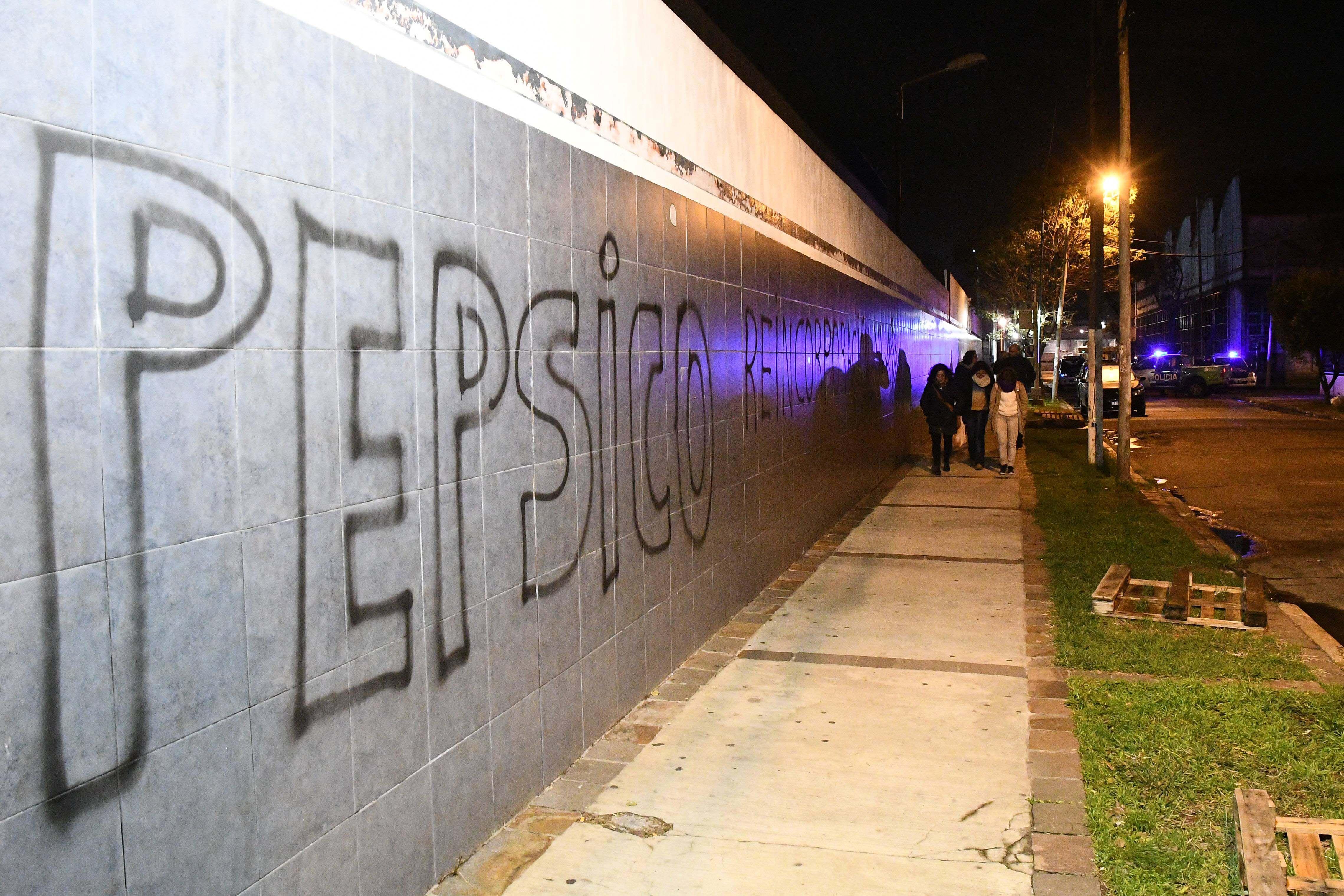 Pintadas en las paredes de la ex planta de Pepsico