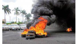 Quieren prohibir la quema de neumáticos en la calle
