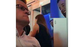 Una pareja saliendo del baño de un avión se vuelve viral