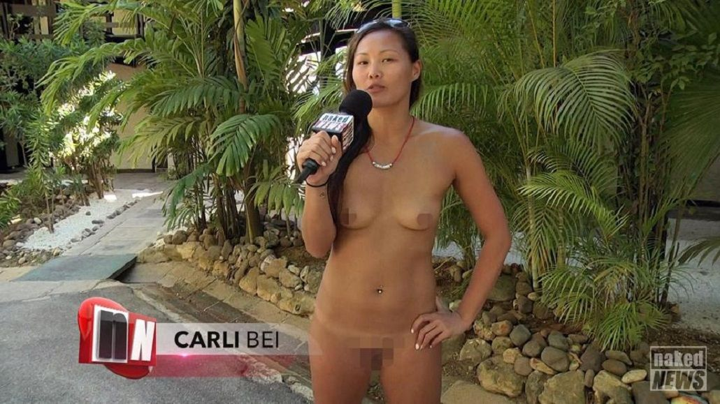 Entrevistadora de Naked News se mete en un campo nudista de swingers
