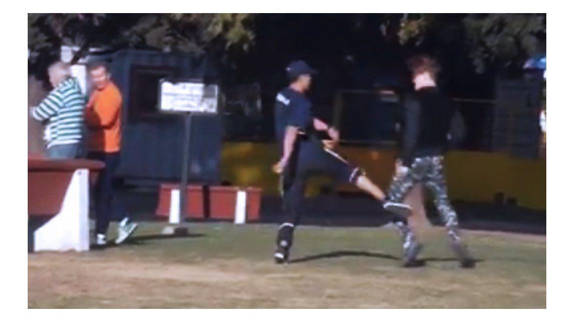 VIDEO: Un joven insultó, enfrentó a un trapito y grabó todo