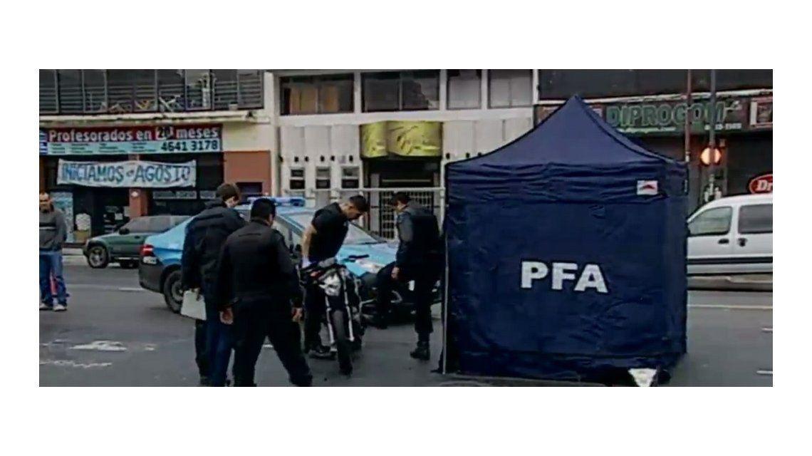 Liniers: un motociclista atropelló y mató a una joven