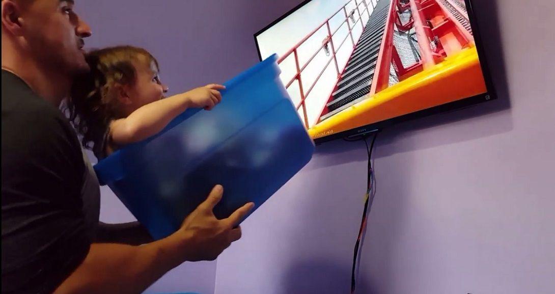 Le simuló una montaña rusa a su hija