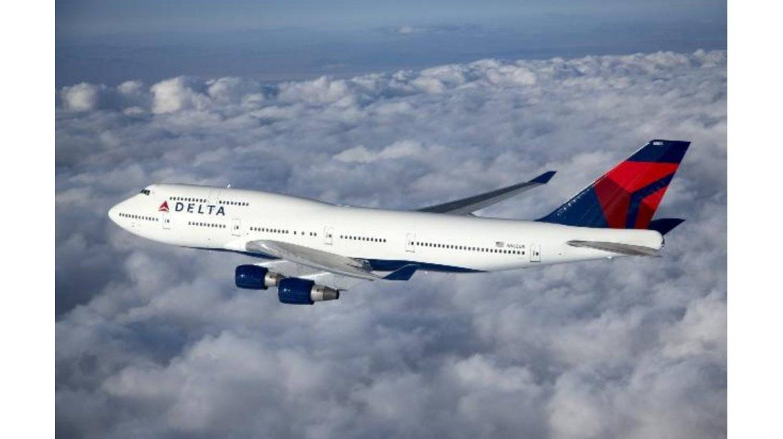 Quiso abrir la puerta en pleno vuelo y la azafata le pegó un botellazo - Crédito:www.elsalvador.com