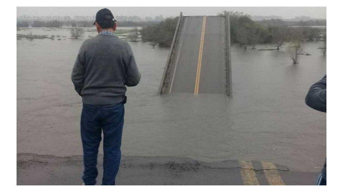 VIDEO: Así se derrumbó un puente en Corrientes por las fuertes lluvias