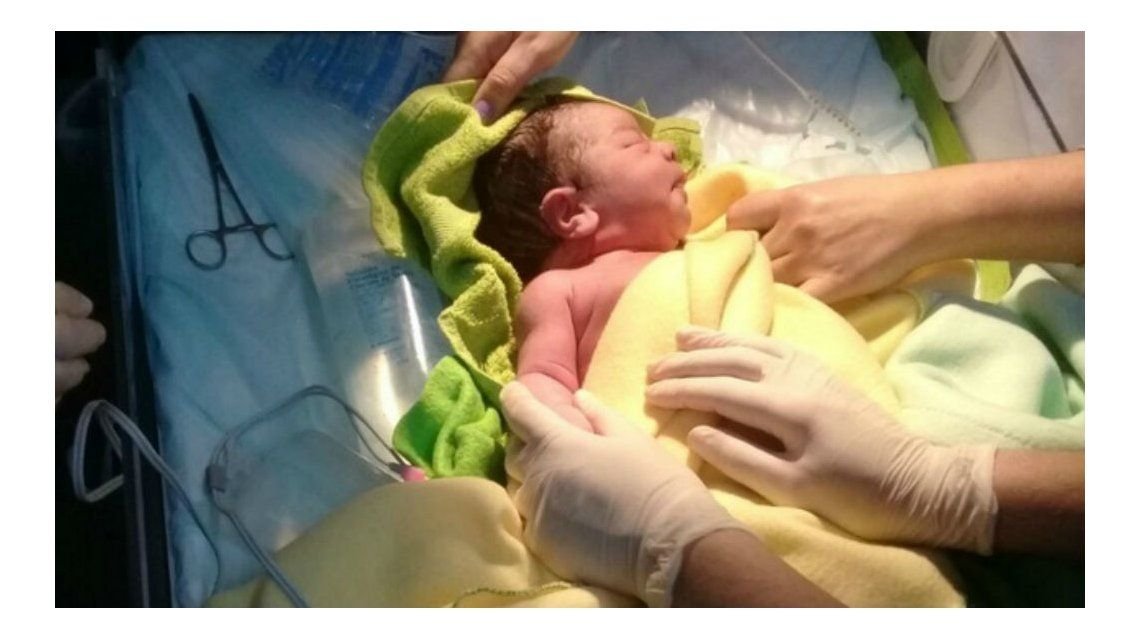 El bebé que fue abandonado se recupera en un hospital