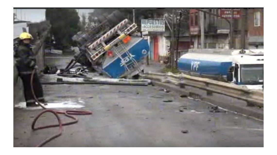 Así quedó el camión de YPF en Ciudad Evita