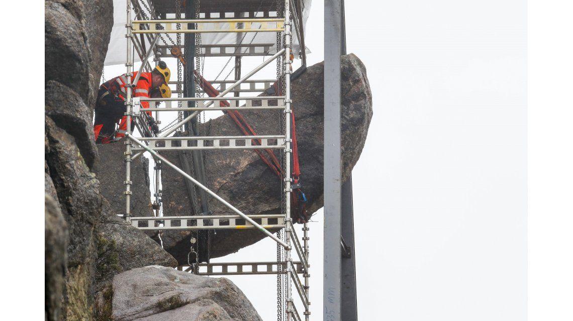 Ya comenzaron a reparar el pene de piedra de Noruega