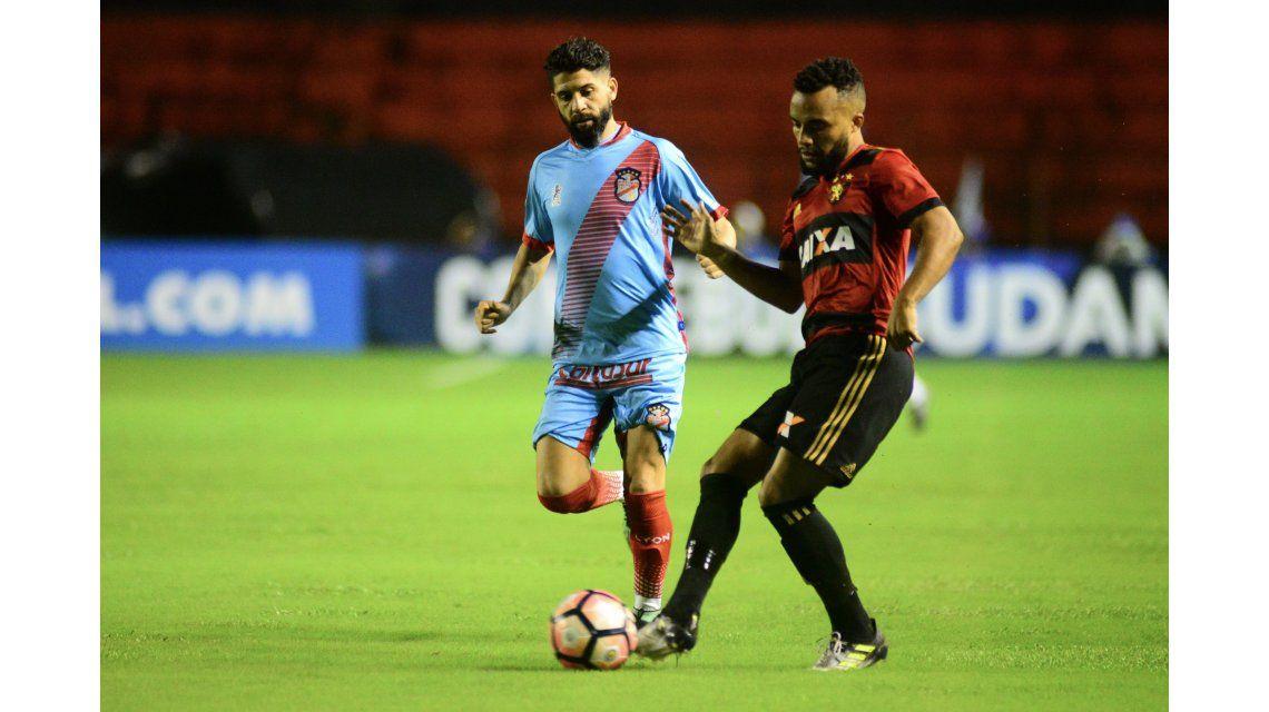 Samuel Xavier disputa la pelota con Lucas Wilchez