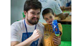 Gino Tubaro con uno de los más de 500 chicos que recibieron la mano mecánica 3D