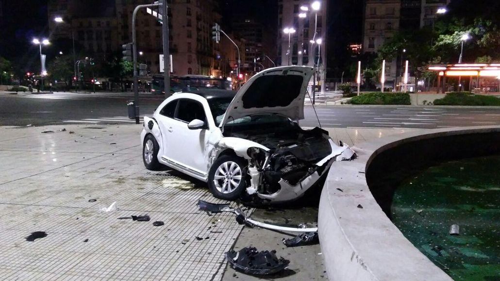 Uno de los autos terminó chocando contra una fuente