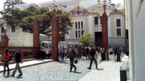 Los legisladores fueron atacados adentro del recinto durante la sesión