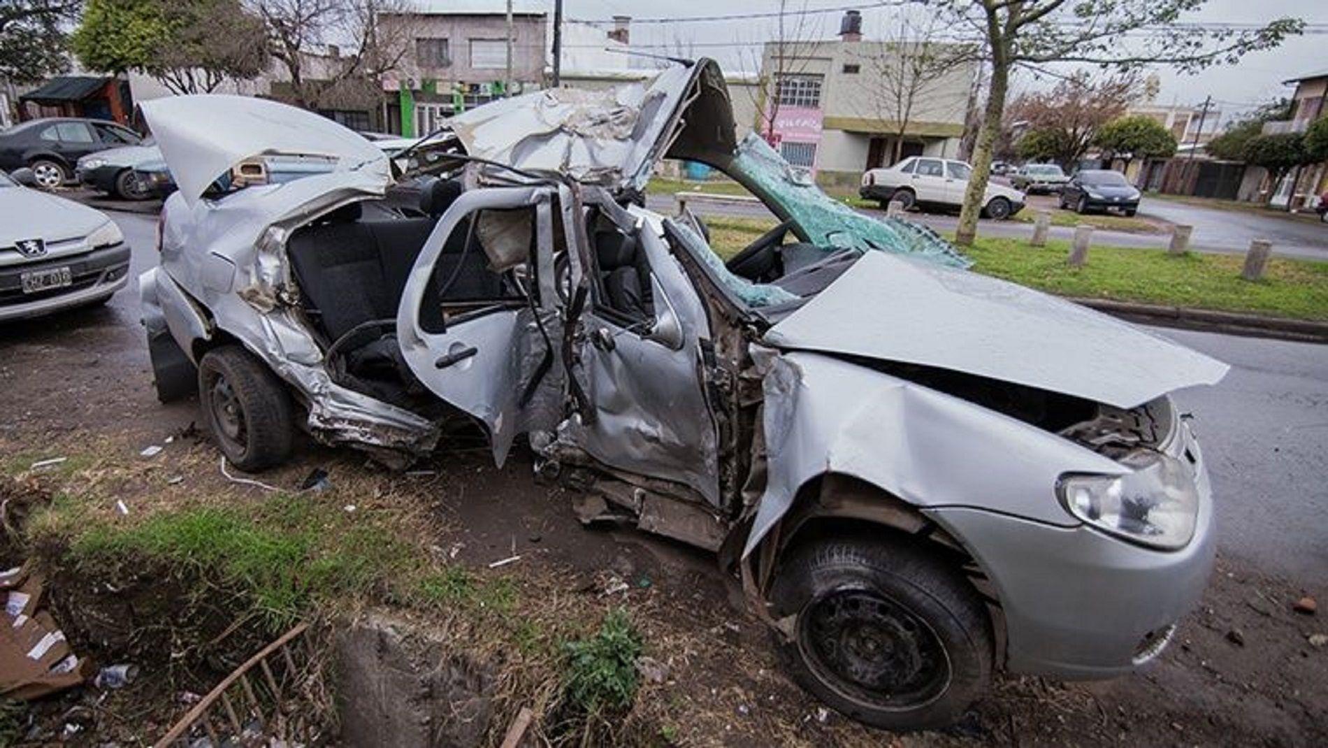 Chocó su contra una columna y murió una nena que llevaba en el auto
