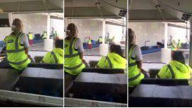 Mirá cómo los empleados de un aeropuerto maltratan las valijas