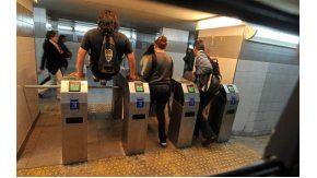 Metrodelegados del subte anunciaron que hoy realizarán la apertura de  molinetes.