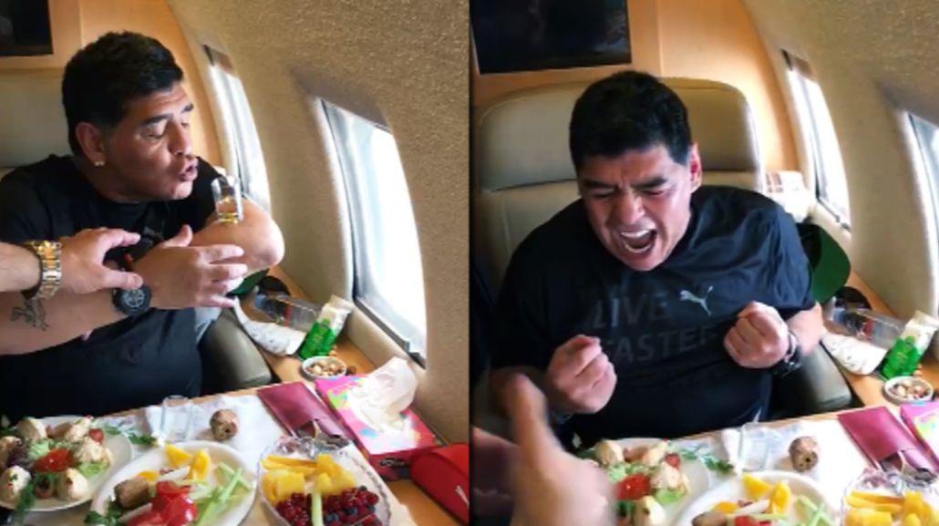 Diego Maradona: fondo blanco y un festejo desaforado en un avión