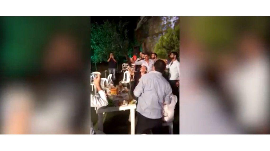 Disparó una AK-47 en su boda y le pegó al fotógrafo