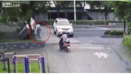 Un auto lo pasó por arriba volando, destruyó su bicicleta y salvó de milagro