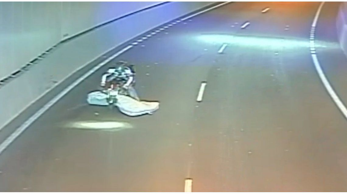 Un motociclista se trabó con un colchón