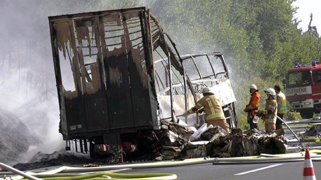 Alemania: varios muertos por un choque entre un micro y un camión