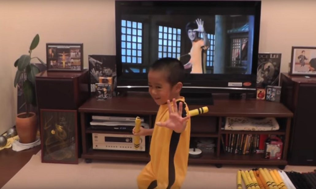 Un nene imita a Bruce Lee