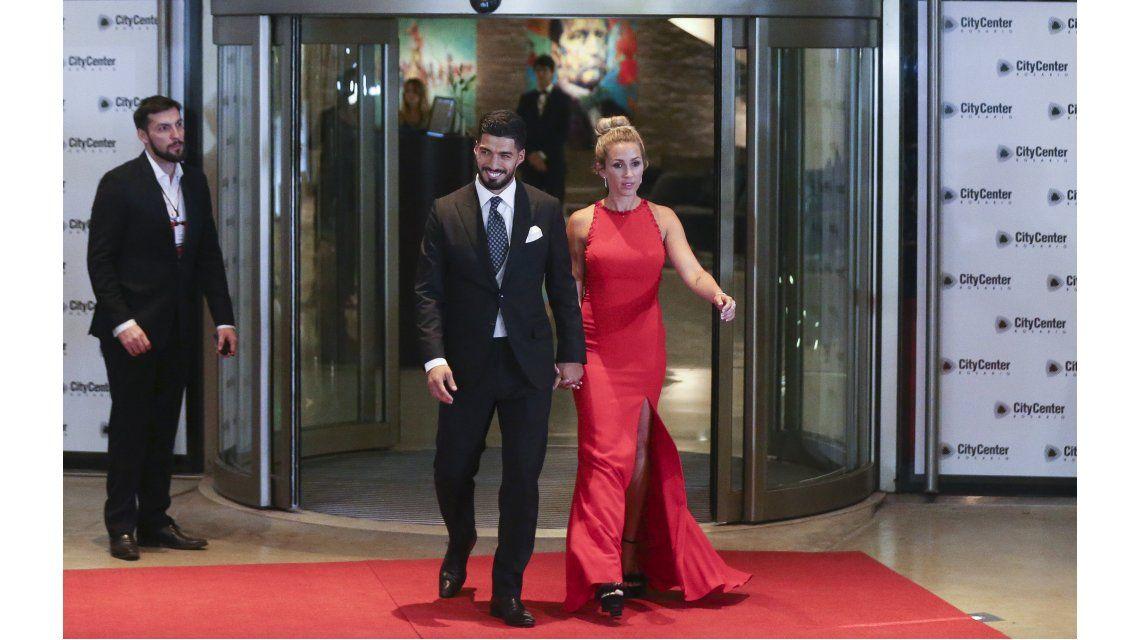 Luis Suárez con su esposa