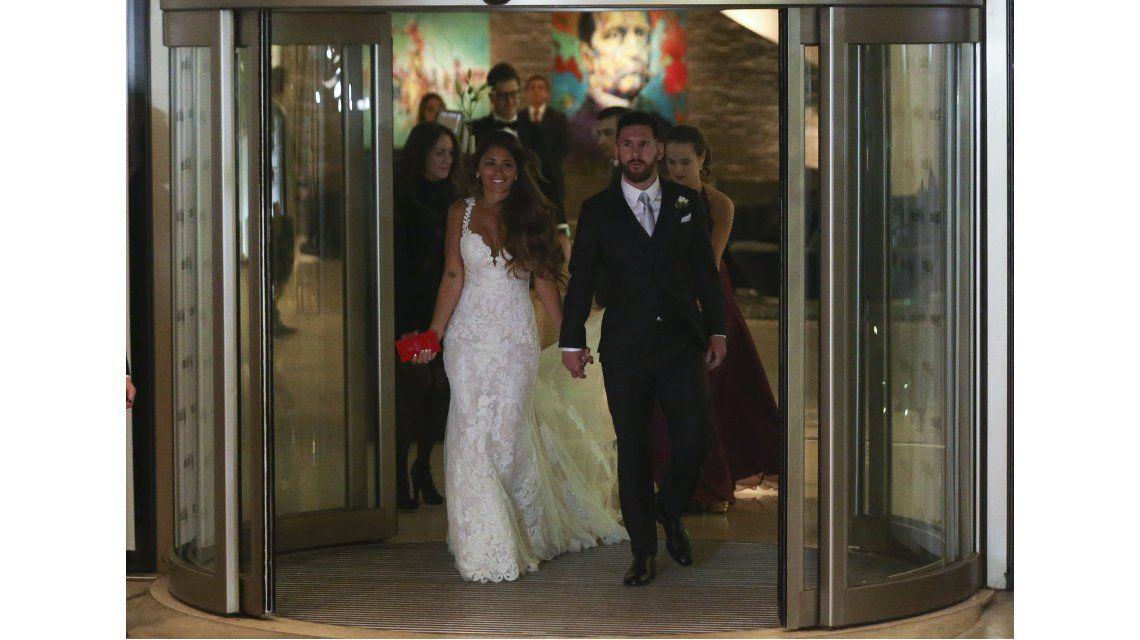 Antonela Roccuzzo y Lionel Messi salen a saludar