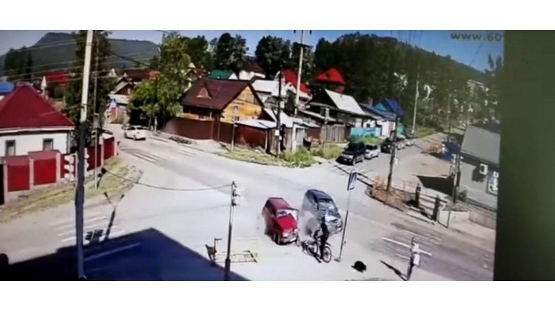 Un ciclista se salva de un choque de milagro