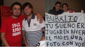 Toto González, el docente hincha de River, con Cavenaghi y el Burrito Ortega