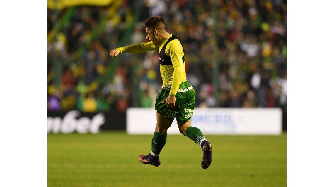Stefanelli festeja el agónico gol que le dio el triunfo a Defensa y Justicia ante Chapecoense