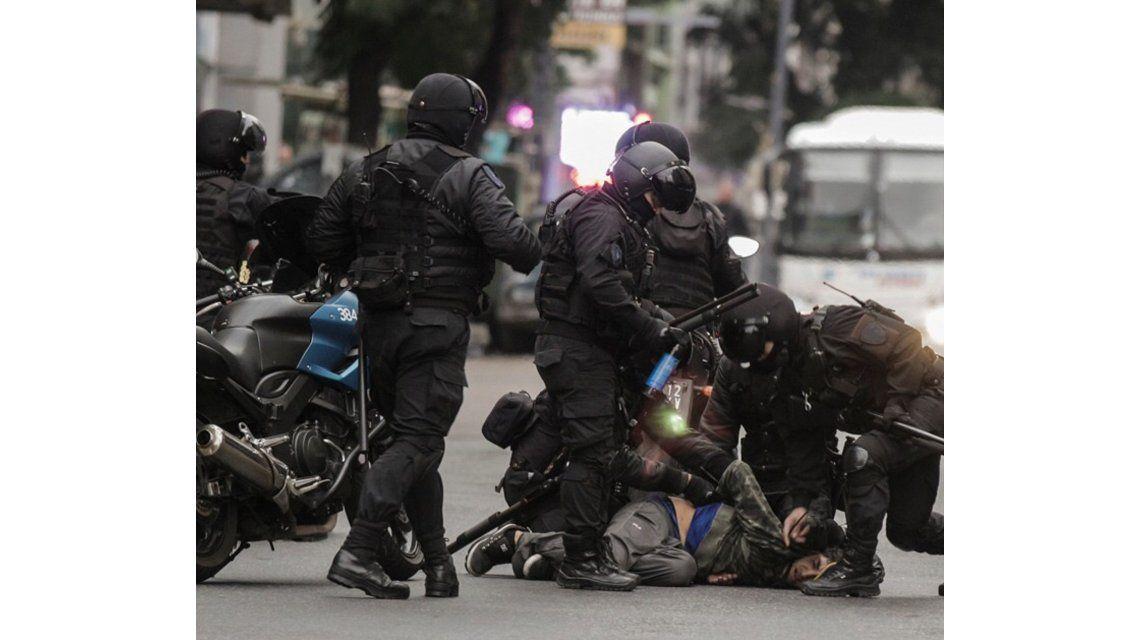 VIDEO: Valiente policía le pegó a un hombre esposado pero no escapó de su karma
