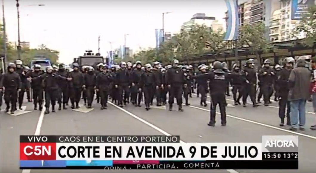 La policía reprimió a los manifestantes y liberó la 9 de Julio