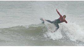 Muñiz en las olas de Mardel, tras dos meses sin meter al agua por la lesión en la rodilla (foto: Lole Mairal)