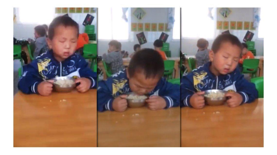 Tenía tanto sueño que se le caía la cabeza mientras comía