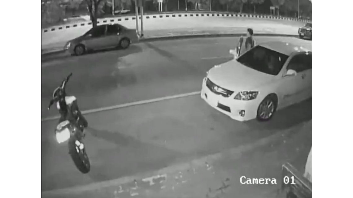 Se bajó sin mirar por el espejo y una moto lo atropelló