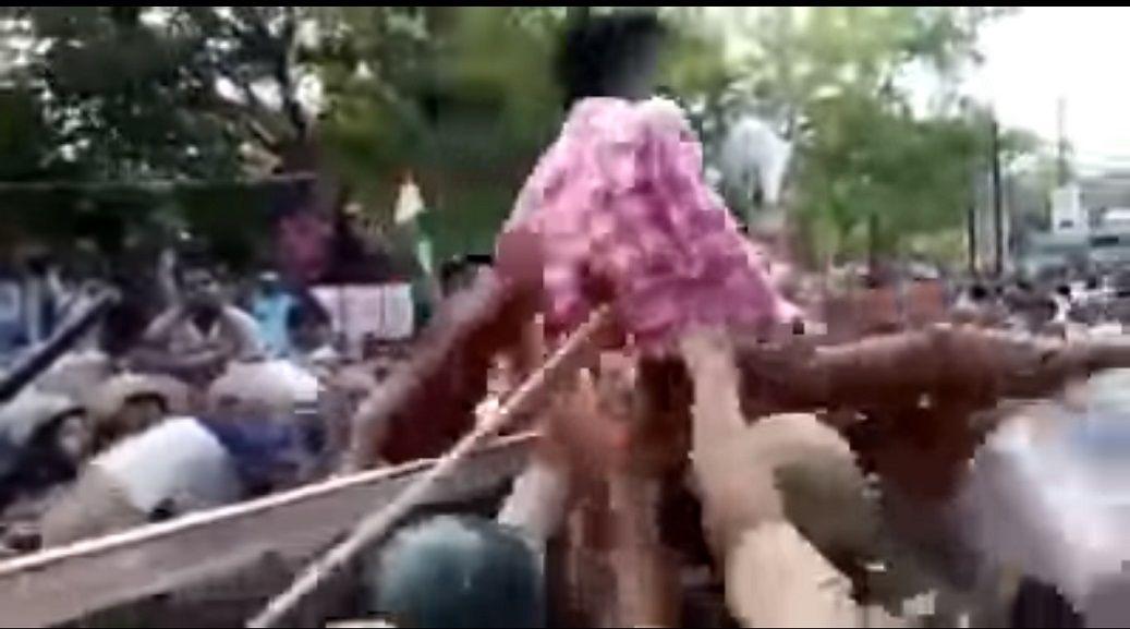 Un hombre fue rechazado por los manifestantes de la policía
