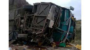 Volcó un micro en Mendoza y hay al menos 12 muertos - Crédito: Día del Sur