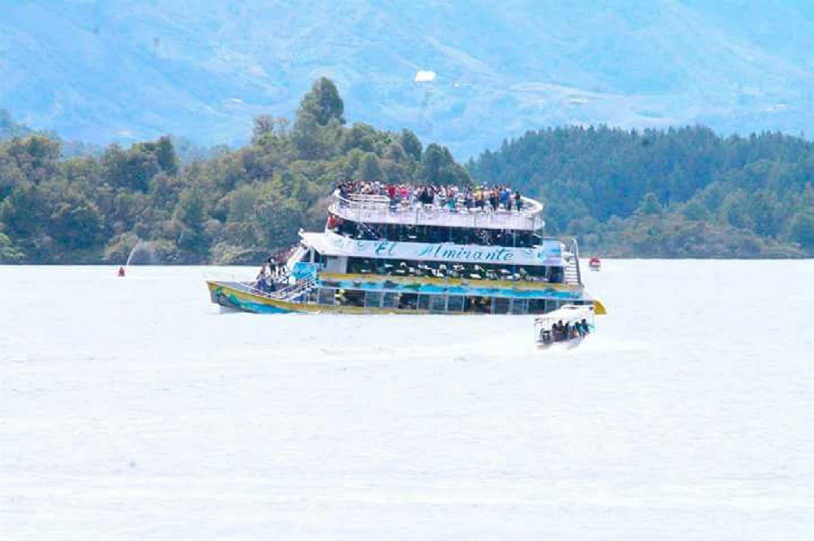 Al menos nueve muertos y 28 desaparecidos por naufragio en Colombia