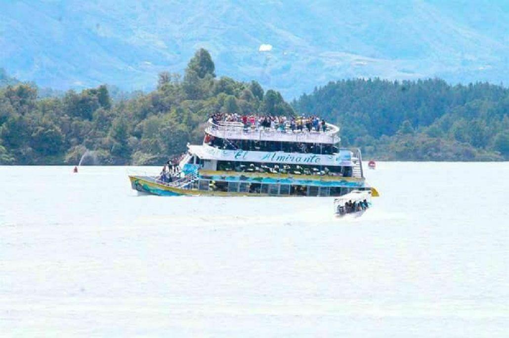 Colombia: un barco con 150 turistas naufraga en Guatapé