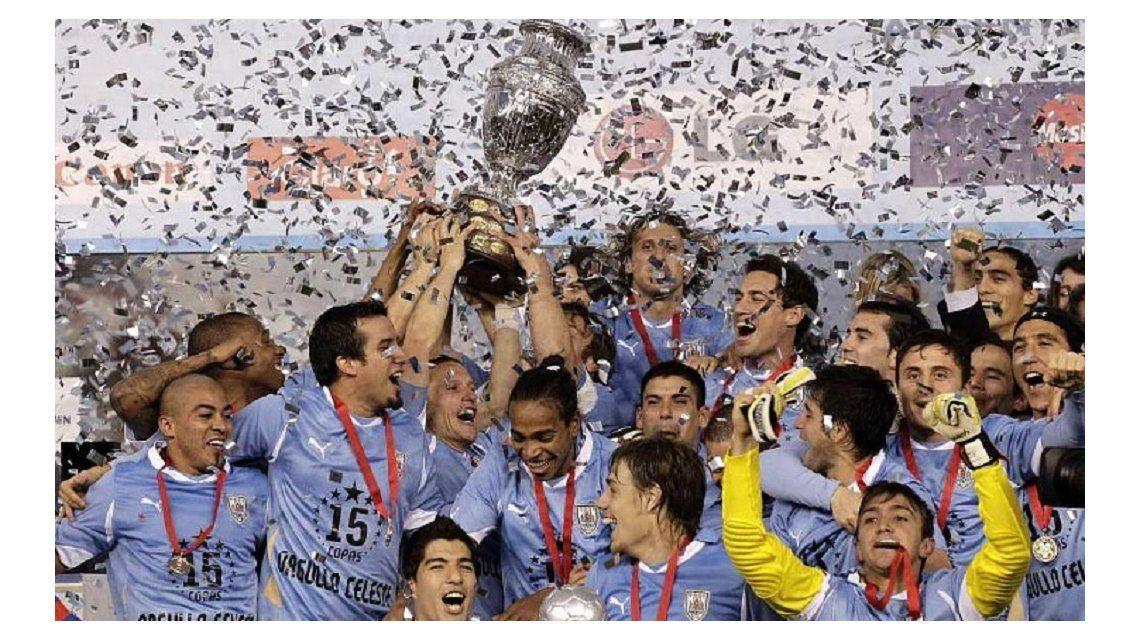 El volante festeja el título de la Copa América 2011 con sus compañeros