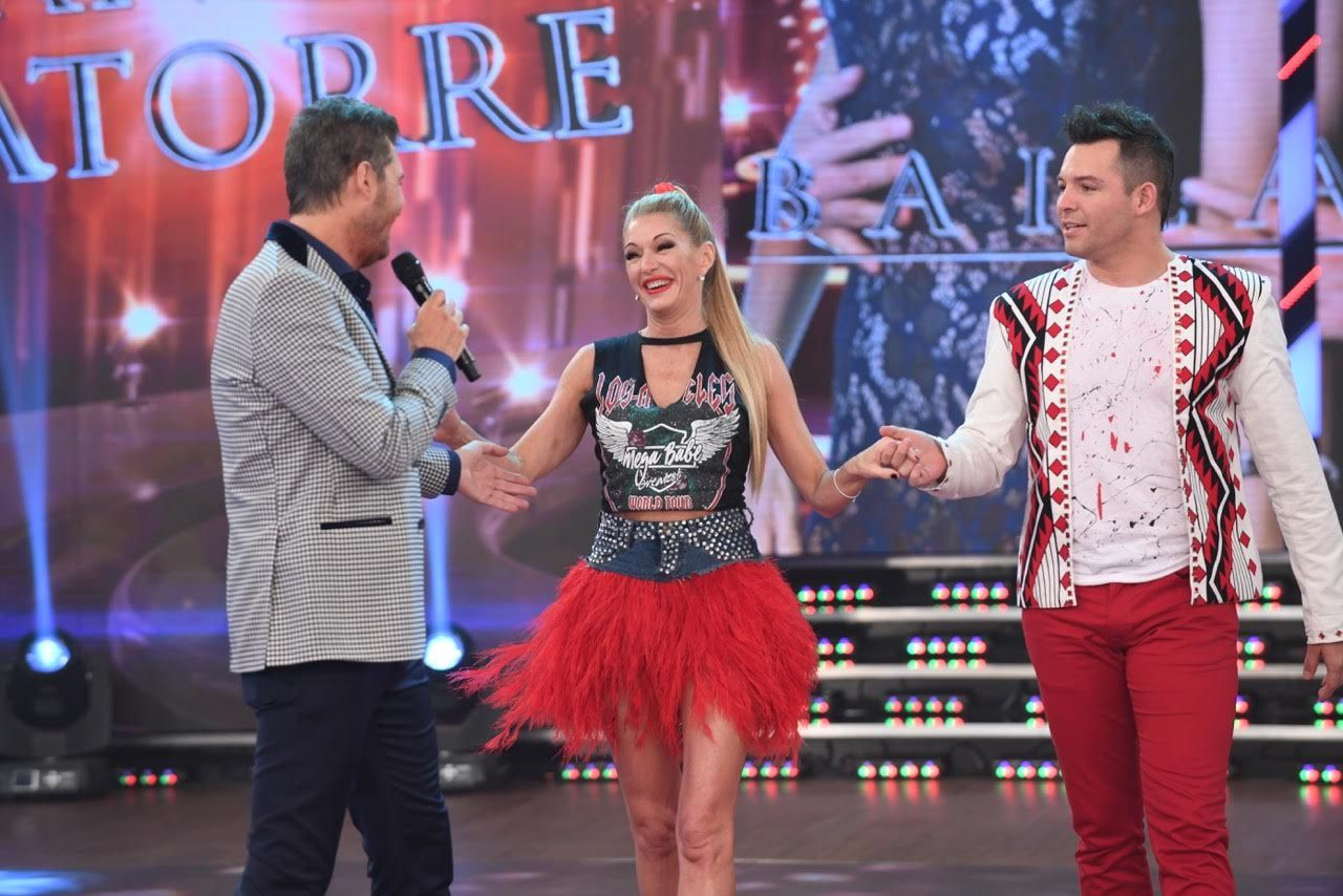 Yanina Latorre entra sonriendo a ShowMatch